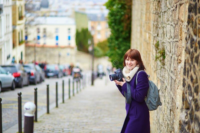 Jeune touriste à Paris sur Montmartre photographie stock