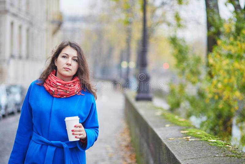 Jeune touriste à Paris un jour d'automne, café potable à aller photos stock