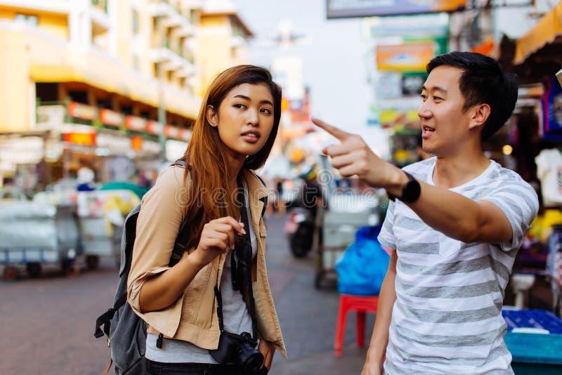Jeune touriste demandant des directions des personnes locales photo libre de droits