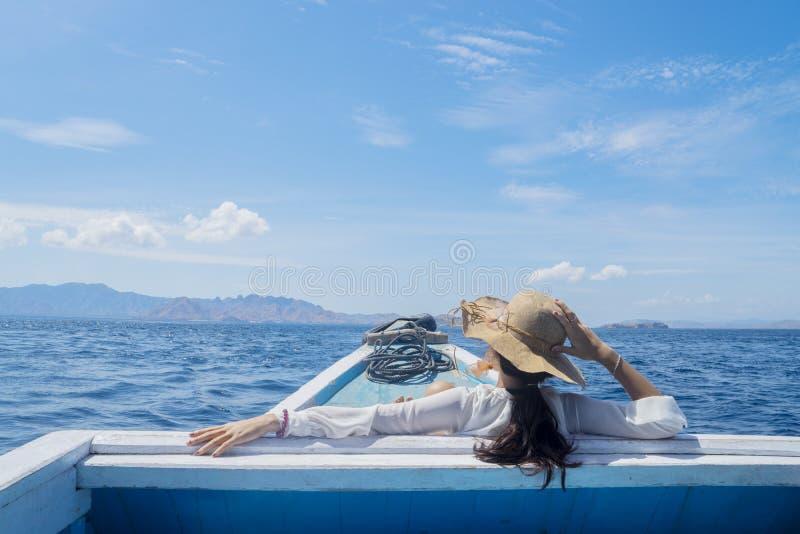 Jeune touriste féminin regardant le beau paysage marin photo libre de droits