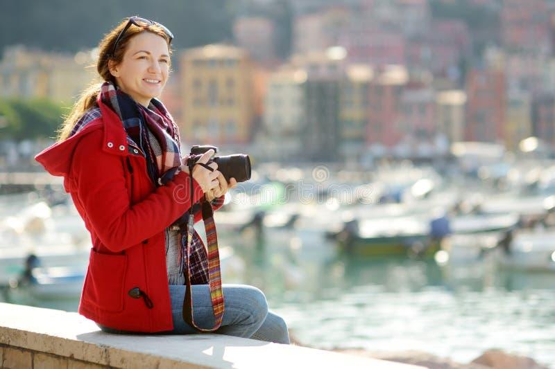 Jeune touriste f?minin appr?ciant la vue de petits yachts et bateaux de p?che dans la marina de la ville de Lerici, situ?e dans l photo stock