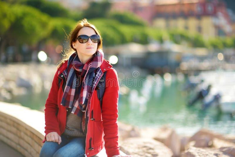 Jeune touriste f?minin appr?ciant la vue de petits yachts et bateaux de p?che dans la marina de la ville de Lerici, situ?e dans l images libres de droits