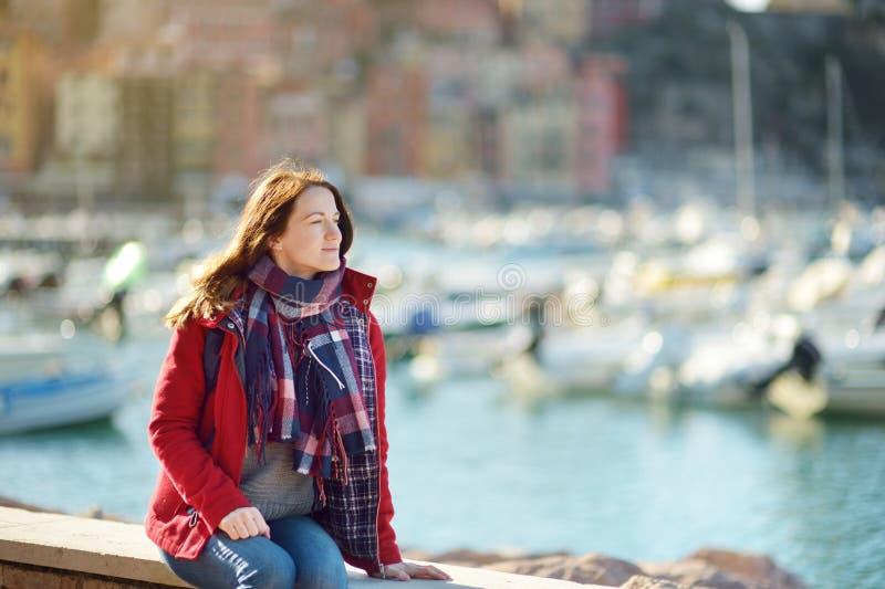 Jeune touriste f?minin appr?ciant la vue de petits yachts et bateaux de p?che dans la marina de la ville de Lerici, situ?e dans l image stock