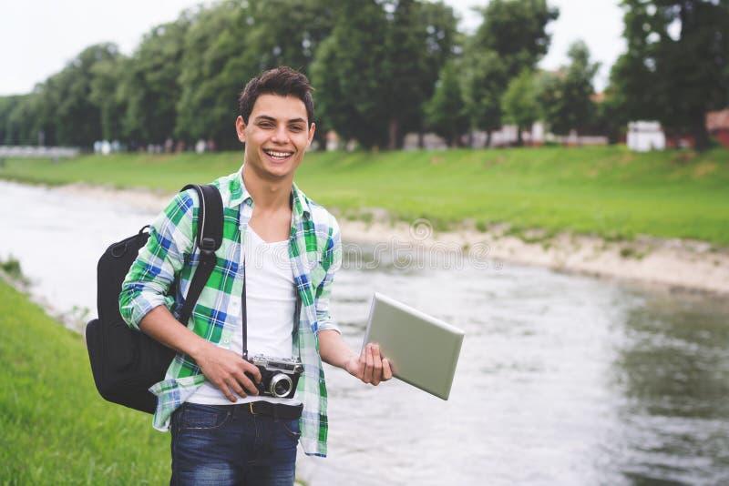 Jeune touriste hispanique d'homme de hippie en Europe photographie stock