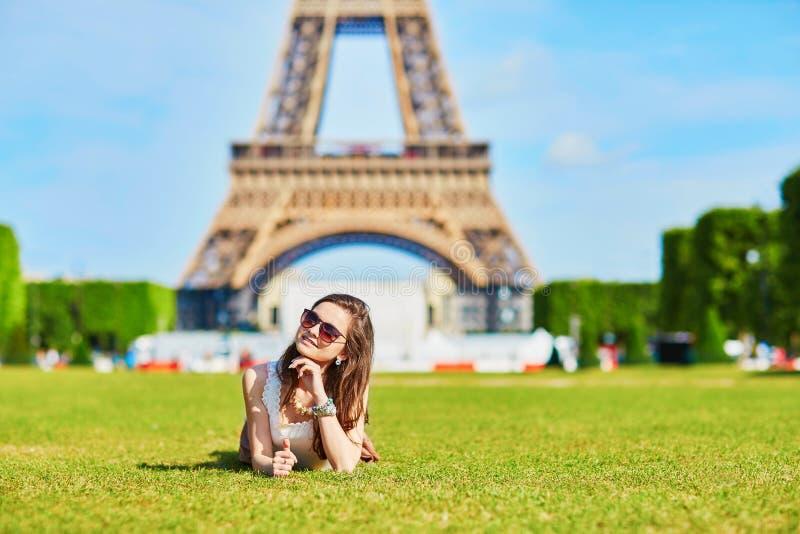 Jeune touriste près de Tour Eiffel image stock