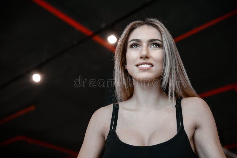 Jeune train sexy de femme de forme physique et exercice dans le gymnase sain photo libre de droits