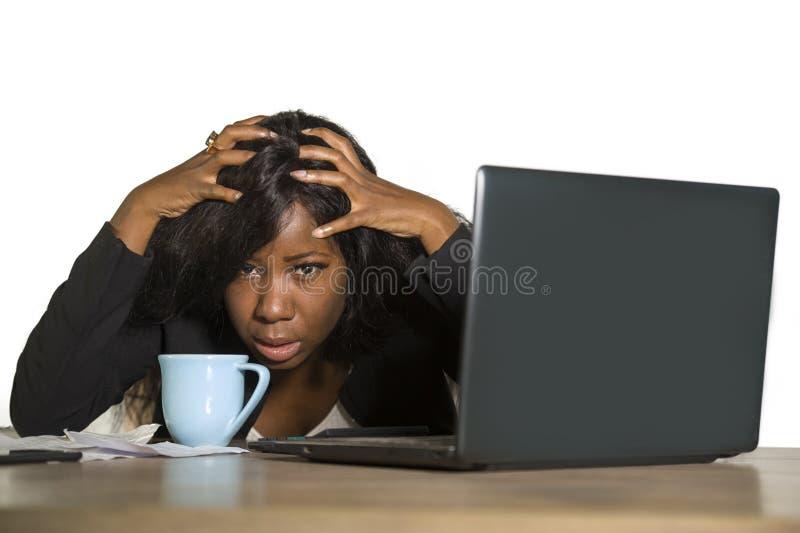 Jeune travailler américain déprimé et accablé de femme d'affaires d'africain noir frustré au renversement de sentiment de bureau  images stock