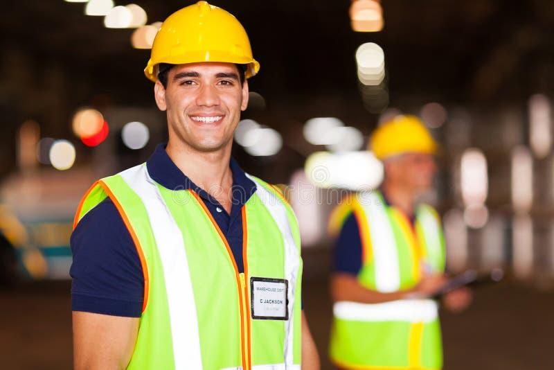 Jeune travailleur d'entrepôt photographie stock