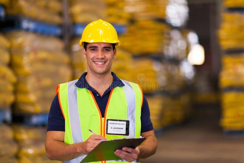 Jeune travailleur d'entrepôt images stock