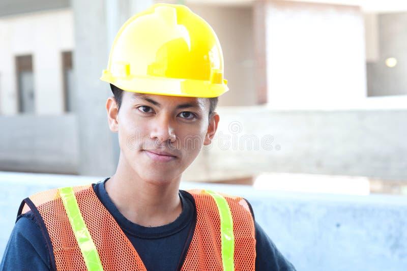 Jeune travailleur de la construction asiatique photographie stock libre de droits