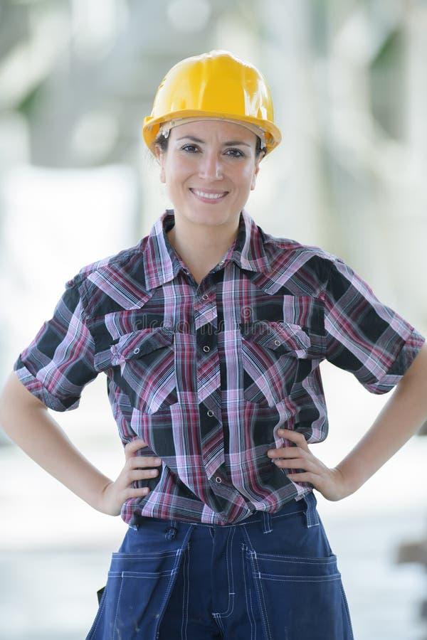 Jeune travailleur de la construction f?minin attirant dehors images stock