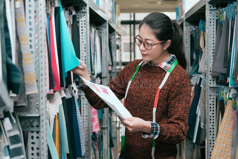 Jeune travailleur féminin professionnel de société d'habillement photo stock