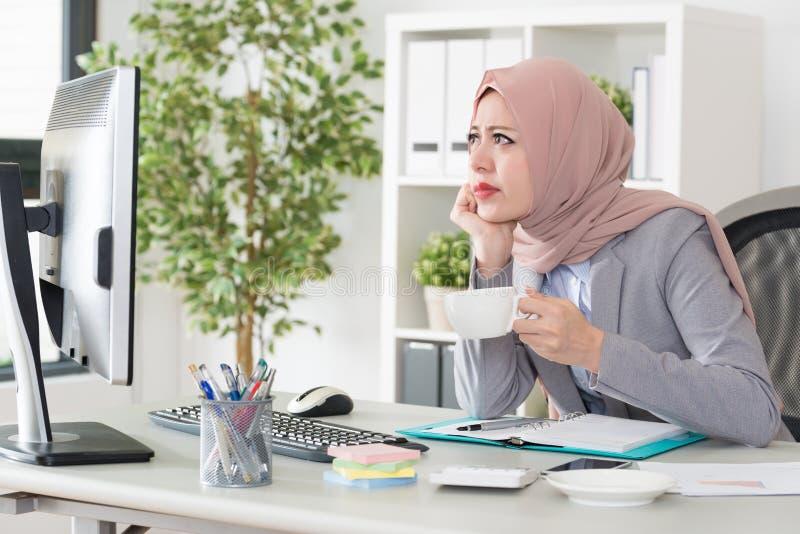 Jeune travailleur musulman féminin professionnel d'affaires photos libres de droits