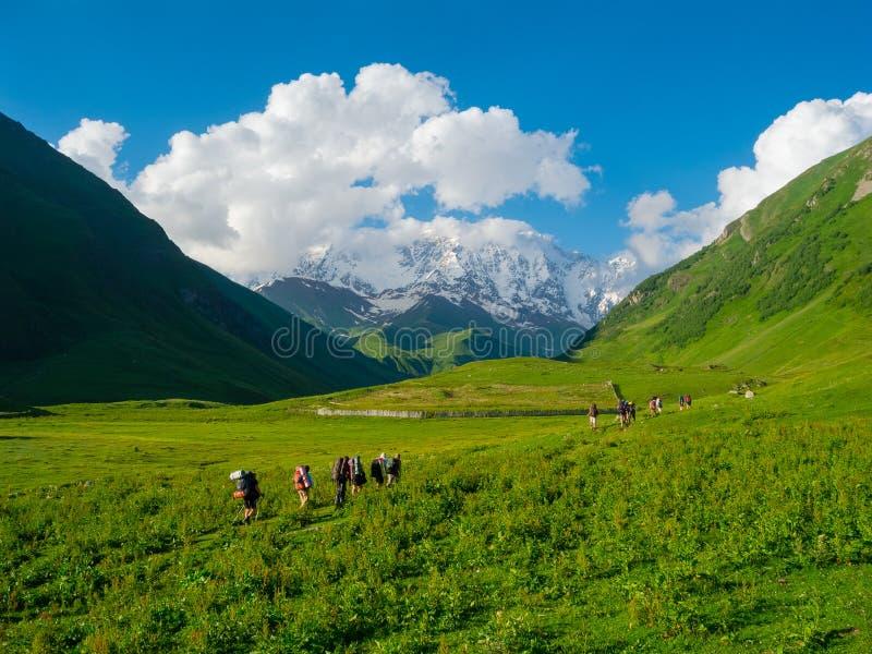 Jeune trekking de randonneurs dans Svaneti image libre de droits