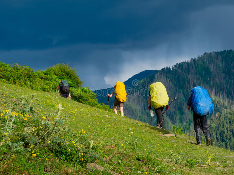 Jeune trekking de randonneurs dans Svaneti, photo stock