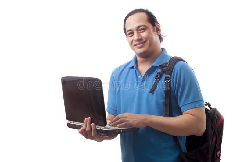 Jeune ?tudiant asiatique avec l'ordinateur portable Sourire heureusement image stock