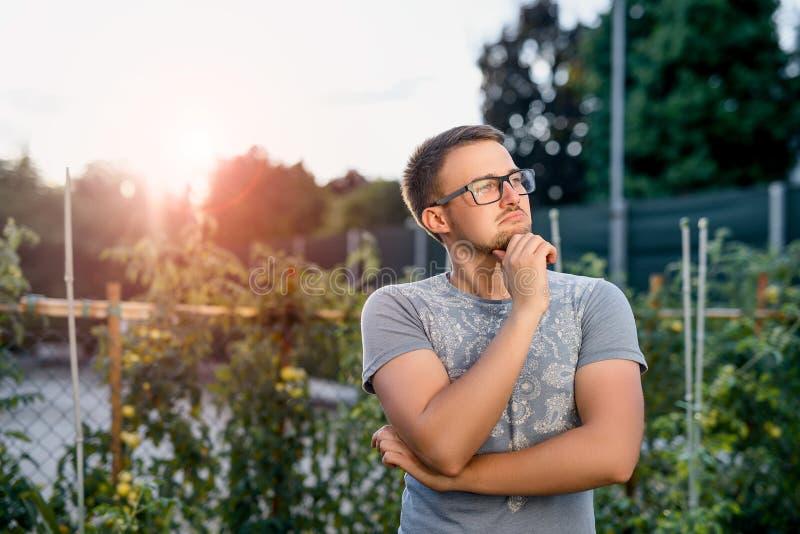 Jeune type étonné en parc au coucher du soleil image stock