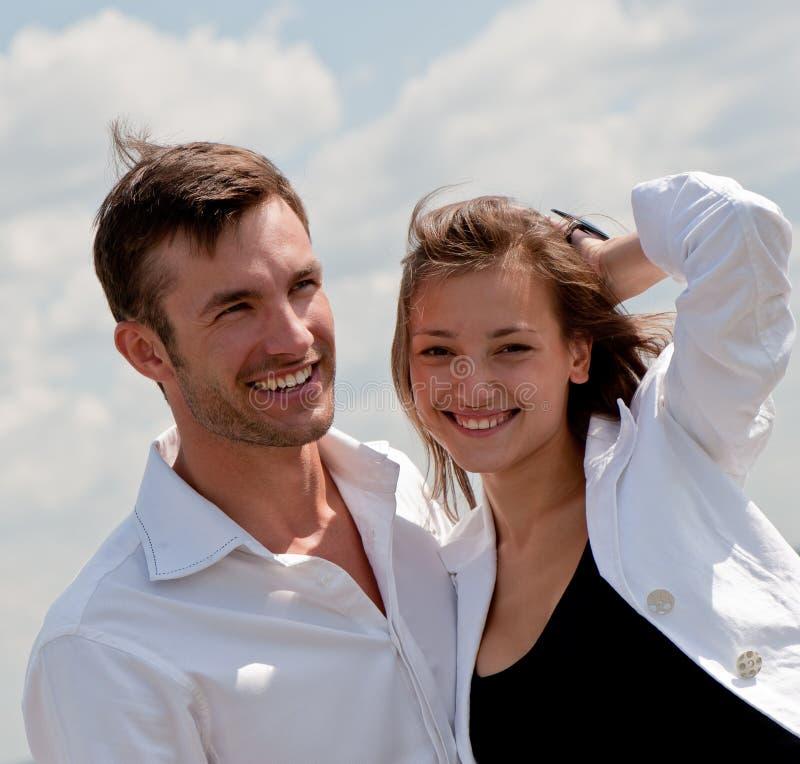 Jeune type amoureux et la fille image stock