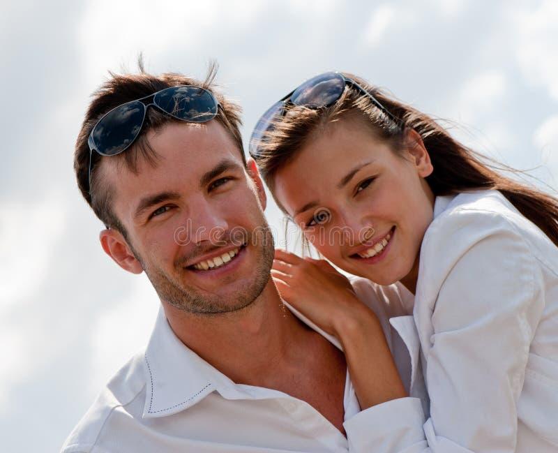 Jeune type amoureux et la fille photo stock