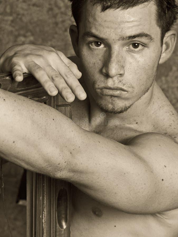 Jeune type avec des taches de rousseur images stock