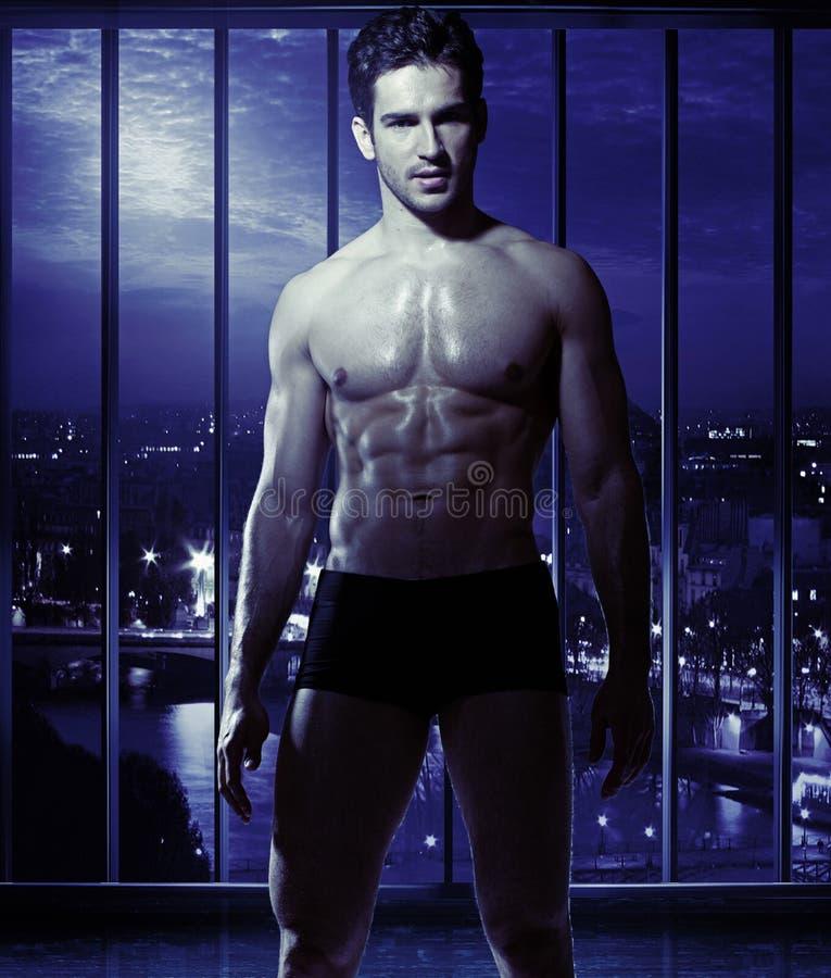 Jeune type avec le corps musculaire photos libres de droits