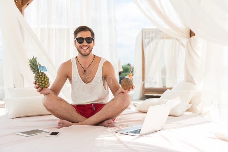 Jeune type barbu gai se reposant sur la station estivale photos libres de droits