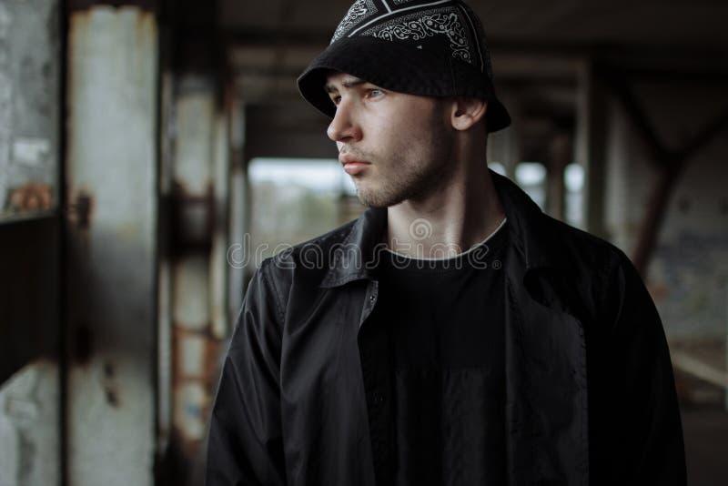 Jeune type beau élégant dans un bandama photographie stock libre de droits