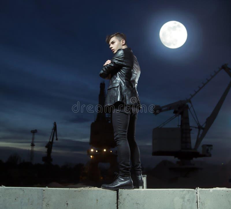 Jeune type beau au-dessus du fond de bâtiment photographie stock libre de droits