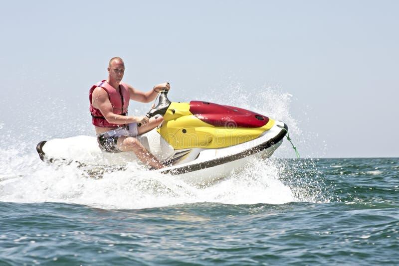Jeune type conduisant à vitesse normale sur l'Océan Atlantique photographie stock