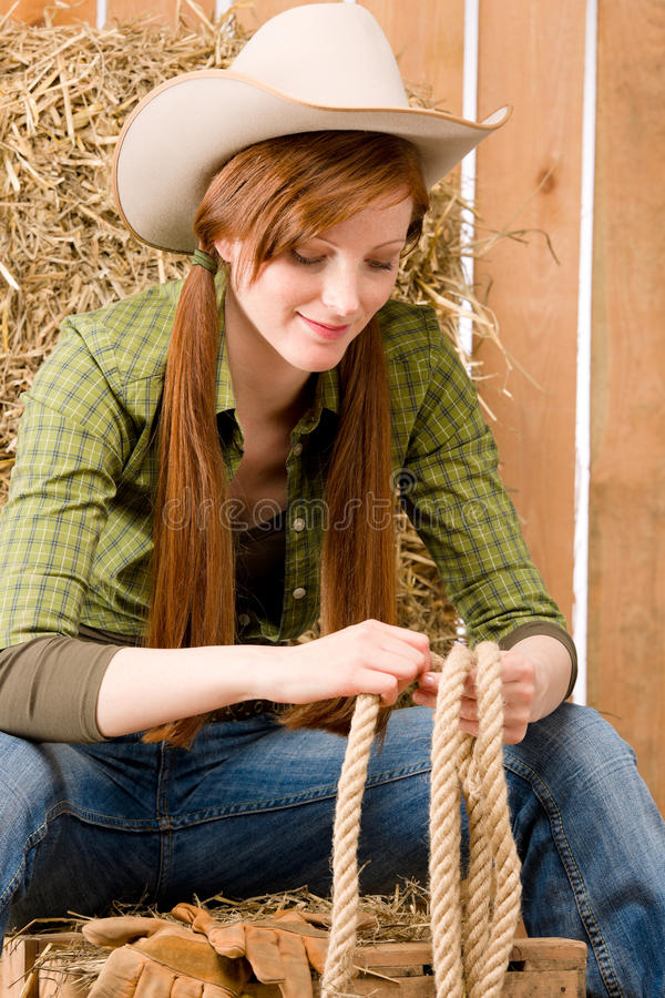 Jeune type de pays occidental de cow-girl avec la corde image libre de droits