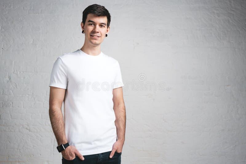 Jeune type de sourire élégant dans le T-shirt de blanc de calibre Portrait de studio image stock