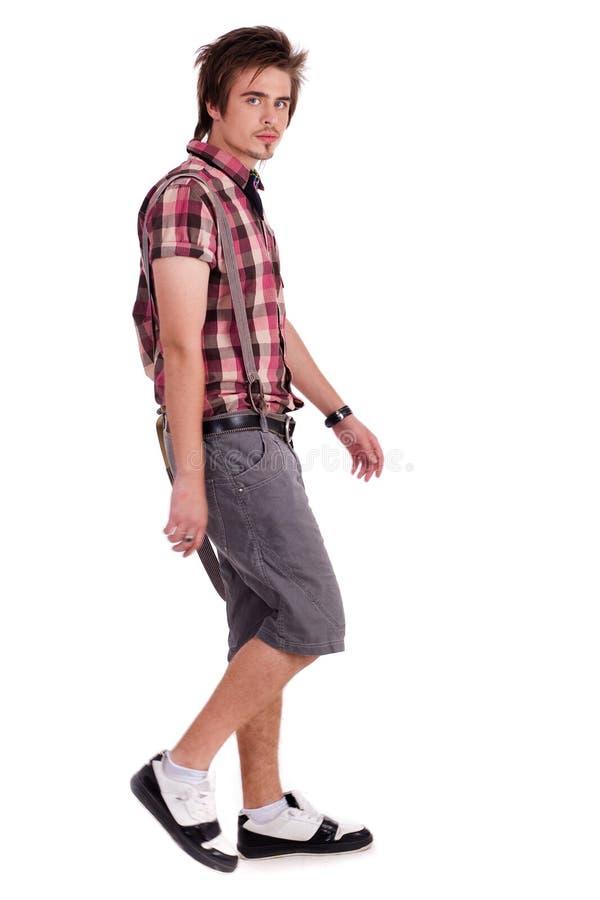Jeune type occasionnel dans le maintien de marche photo stock