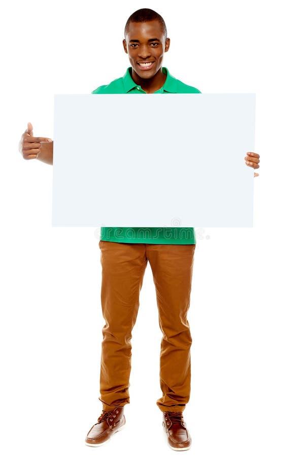 Jeune type occasionnel se dirigeant vers la plaquette images libres de droits