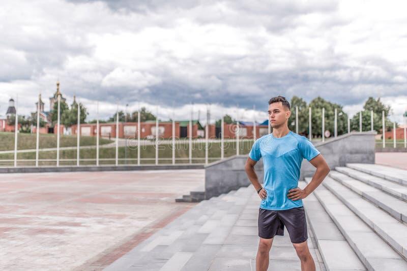 Jeune type, sports masculins athlète, ville d'été, posant le matin, l'espace libre pour le texte, formation de forme physique, sé image stock