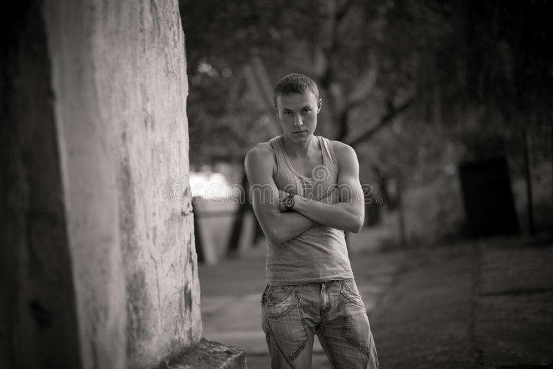 Jeune type Verticale sur la rue images stock