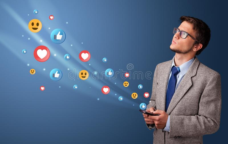 Jeune utilisant le t?l?phone avec le concept social de m?dias images stock