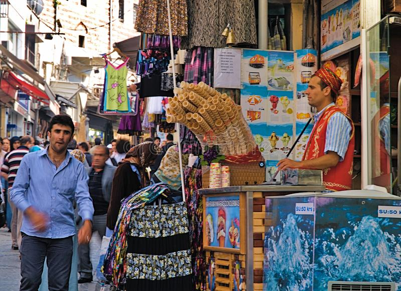 Jeune vendeur de glace de dondurma habillé dans le costume turc traditionnel dans l'épicerie de rue et photo stock