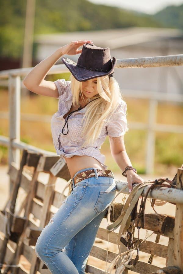 Jeune verticale américaine de femme de cow-girl à l'extérieur images libres de droits
