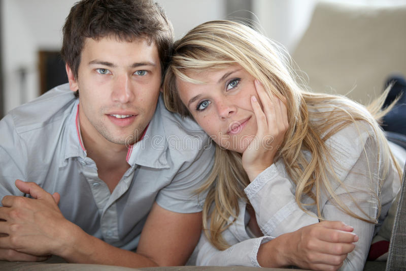 Jeune verticale de couples images libres de droits