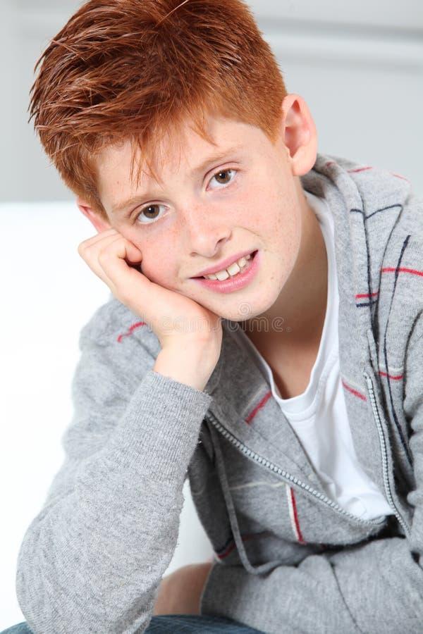 Jeune verticale de garçon photos libres de droits