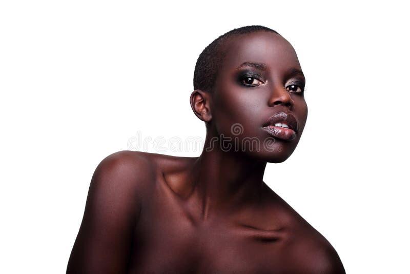 Jeune verticale sexy de studio de mannequin d'Africain noir image stock