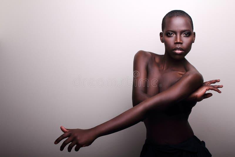 Jeune verticale sexy de studio de mannequin d'Africain noir images libres de droits