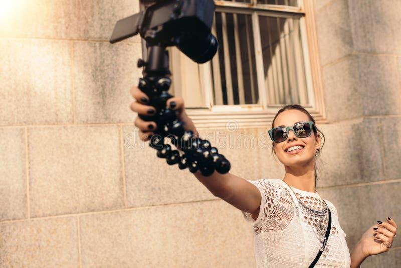 Jeune vidéo de touristes de selfie d'enregistrement tout en marchant dans la rue photographie stock