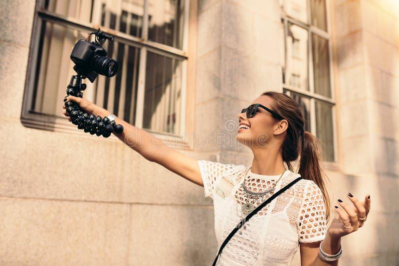 Jeune vidéo de touristes de selfie d'enregistrement tout en marchant dans la rue photos libres de droits