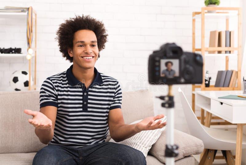 Jeune vidéo masculine d'enregistrement de blogger à la maison photographie stock