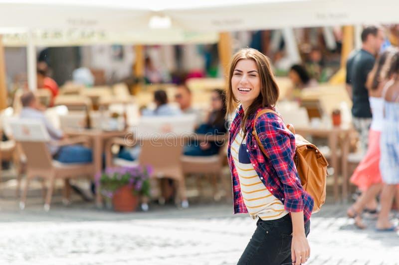 Jeune ville attrayante de visite de femme photos libres de droits