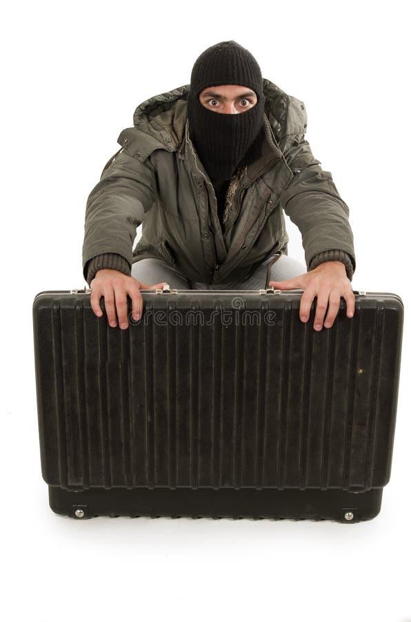 Jeune voleur utilisant le capot et la veste noirs photo libre de droits