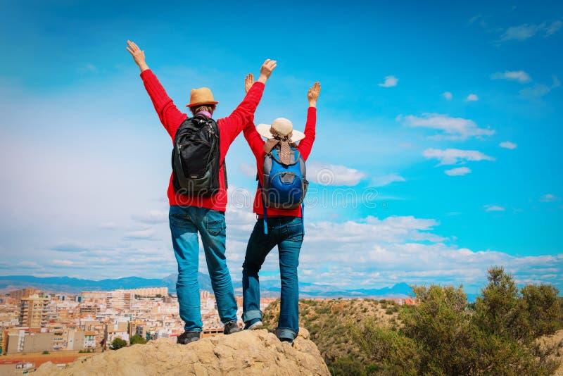 Jeune voyage heureux de couples dans la ville regardant la vue panoramique photos libres de droits