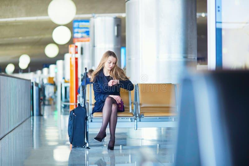 Jeune voyageur féminin dans l'aéroport international image stock