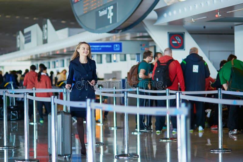 Jeune voyageur féminin dans l'aéroport international photographie stock